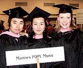 留学していたニューヨーク・マネス音楽院プロフェッショナルコース修了時の写真。真ん中が本人