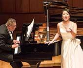 2019年11月「WILPFコンサート2019 森谷真理ソプラノリサイタル」にて。衣装は国民祭典の時に着用したドレス。ピアノは河原忠之氏(撮影:石田雅章)