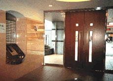 広い玄関ホールとエントランス。 木製の高級ドアは見学者も訪れるほど