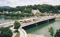 京橋川にかかる鶴見橋、対岸は比治山
