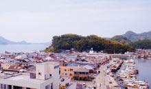 玄関前から眺める三津内港と港山
