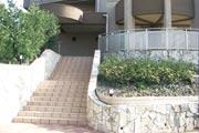 マンションの正面玄関に続く階段