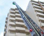 防災訓練の様子(高層階からはしご車で救助)