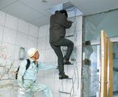 防災訓練の様子(非常用はしごを使用し、降りる体験)