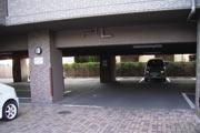 駐車場。雨に濡れずに乗り降りができて便利。人と車の出入口を分けた分離設計で安心