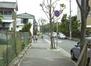 近郊の様子。静かな住宅街で通学路にもなっている