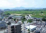 屋上から馬堀駅(中央部)・亀岡市街(遠方)を望む