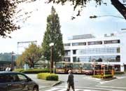 鶴川駅北口ロータリー入口側。ゆったり造られたロータリーで緑も多い