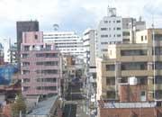 奥の白い建物が当マンション JR宇都宮駅・新幹線下りホームから撮影