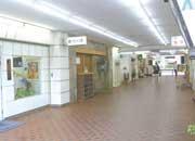 マンション1階には店舗が並ぶ