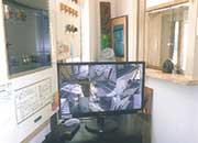 管理員室および防犯カメラモニター