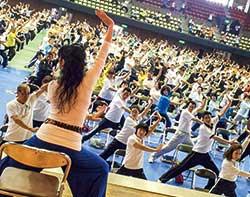 イベントで多くの参加者とともにKaQiLaメソッドの体操を行う