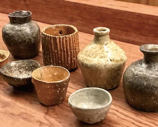 さまざまな土と釉薬で焼かれた酒器