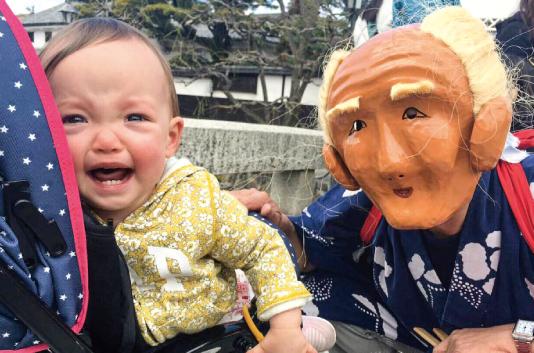赤ちゃんを泣かせている素隠居(実際のおじいちゃんが素隠居でお孫さんを泣かせてます)