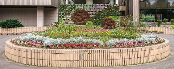 北海道の東神楽町役場庁舎正面にある高さ2.4m・幅4.8mの立体シンボル花壇