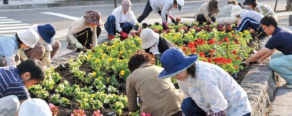 ボランティアによる花壇の花植え(提供:東神楽町)