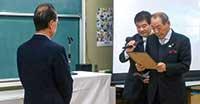 3回にわたる箱根マイスター養成講座にすべて出席された方に「箱根マイスター」の称号を箱根町長の山口昇士さんより授与(住民学会にて)