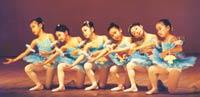 6才のときのバレエの発表会 (左から3番目)