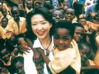 ガーナ・マンヤクロボ地区にてエイズ孤児と