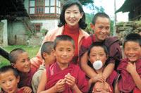 ブータンにて僧の修行をする少年たちと