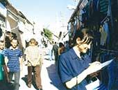 北キプロスの町にて。『インコは戻ってきたか』(集英社)の取材の様子