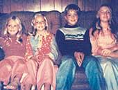 きょうだいと。左から2番目が6歳ごろのセーラ・マリ・カミングスさん