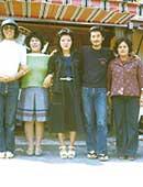 30歳のころ。左から2番目がアシリ・レラさん