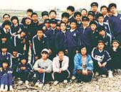 中学校の先生をしていたころ。前列左から3人目の白い帽子をかぶっている女性が夏井いつきさん