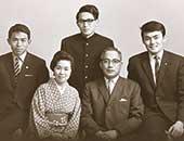 1967年4月銀婚式の鮫島一家。44歳のころ。上段右から、長男、三男、次男