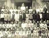 道徳小学校3年生。先生の隣が松原智恵子さん