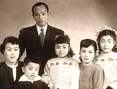 左から母・弟・本人(8歳)・叔母・姉、後列父