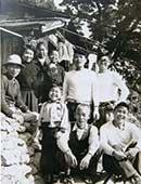 棟上げの日。廃材を集めて父が建ててくれました。左から2番目が石牟礼道子さん