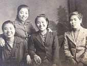 1943年、代用教員をしていたころ。右から2番目が石牟礼さん