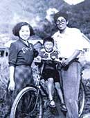 1952〜53年ごろ。夫・弘さん、長男・道生さんと