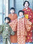 小学6年生のころ。元旦に、妹、いとこと。右端が一二三恵美さん