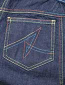 大人気のアヤコジーンズ。後ろのポケットには「A」の刺繍が(特許取得)