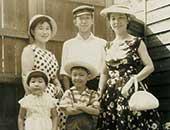3歳のころ。母(右)・兄2人・家政婦さん(左)と