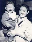 1歳のころ、母と。2人とも幸せなころ