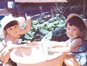 2歳半のころ。右側が佐藤たまきさん