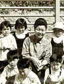 幼稚園年中のころ。上の段の左端が山崎やよいさん