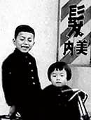 3歳のころ。実家の理髪店の前で兄と