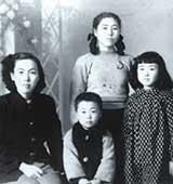 10歳のころ。左から母、弟、松岡佑子さん、後ろが叔母