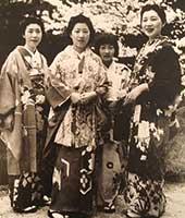 1940年、京都平安神宮で谷崎が撮ったもの。右から松子夫人、松子の娘・恵美子、松子の妹・信子、松子の妹・重子。『細雪』の花見のシーンはこの時の状況が描かれています。着物のコーディネート(下の写真)はこの写真の色合い、柄に近いもので仕上げました。