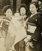 左から祖母、祖母に抱かれた私、お手伝いさん、母