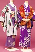 右:大胆な行動で周囲を驚かせた妙子のモデルだった信子。写真でも強い色合いに花亀甲文様の着物を着ています。左:奥ゆかしい雪子のモデルだった重子。鳩羽紫、鳩羽色…とやさしい色合いで合わせました。