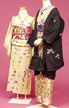 右:松子が着ていた長羽織と着物の意匠をできるだけ写真の雰囲気に。濃い目の半衿で大人っぽくコーディネートしました。 左:明るい色合いに小さめな花柄。11歳の少女らしく衿もつめ、肩揚げも。