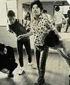 20代前半。自分で縫ったブラウスを着てタップの練習中