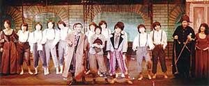 高校2年生のころ。東京都の烏山区民会館にて。奈良橋陽子さん主宰の英語塾 MLS(Model Language Studio) Big Production公演 英語ミュージカル『OLIVER!』(チャールズ・ディケンズ原作)のカーテンコールの場面。正面中央がオリバー少年役の本人