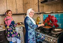 イランで滞在させていただいた家の姉妹。スパゲティを料理中