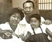 両親と。横浜市の祖父の家で。3歳ごろ